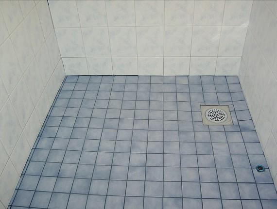 Kylpyhuoneen lattian laatoitus  Perhekoti ilmapiiri